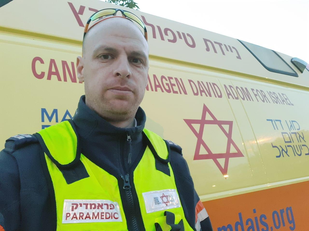 El paramédico Aryeh Myers ha trabajado con Magen David Adom durante 8 años. Fue paramédico del Servicio de Ambulancias de Londres durante 10 años antes de mudarse a Israel.
