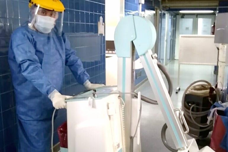 Juan Manuel cn un equipo de rayos X portátil.