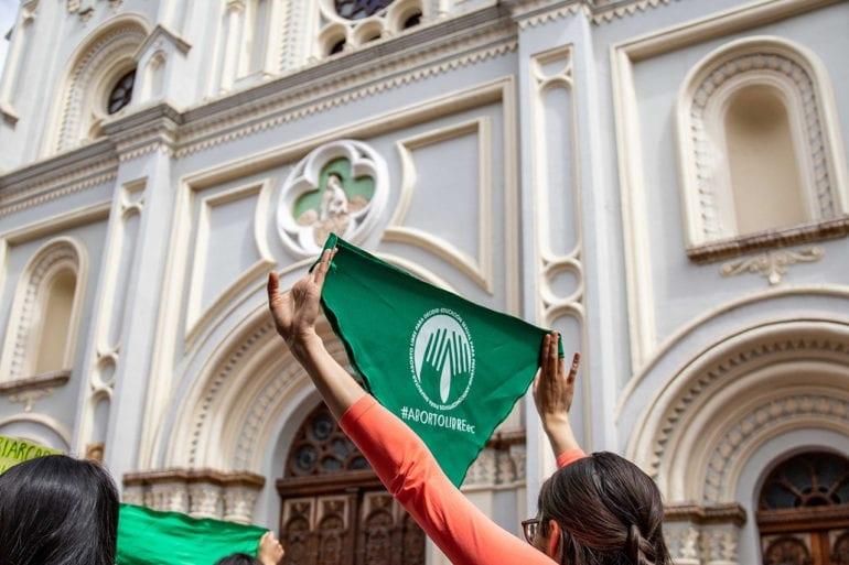 Una foto de manifestantes ondeando banderas sobre el derecho al aborto en Argentina.