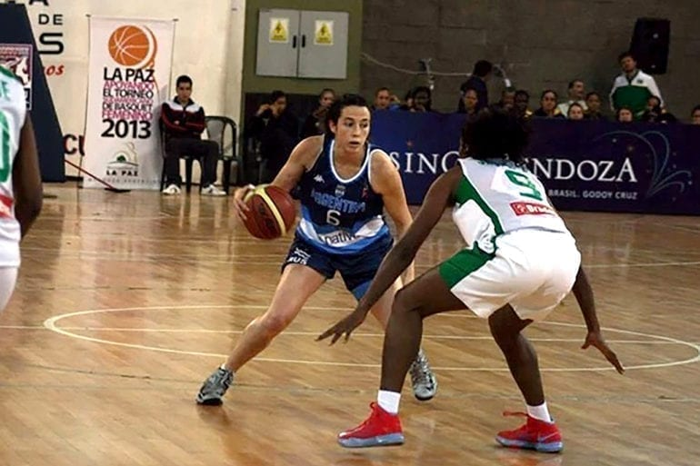 Paula Reggiardo representing the Argentine Basketball Team.