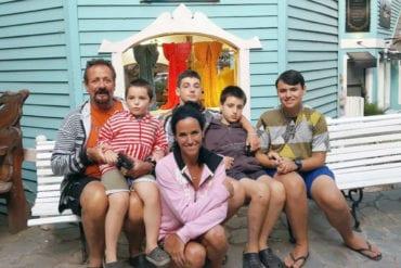 Deborah Kahan y Rocco junto a su familia