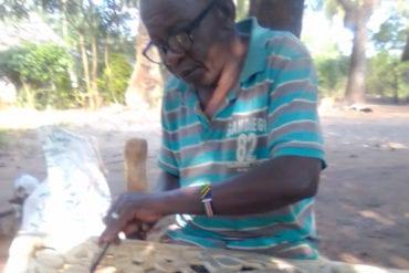 Thomas Nguli trabajando en una escultura.