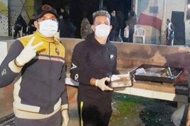 Federico Abruzzi entregando alimentos durante la pandemia.